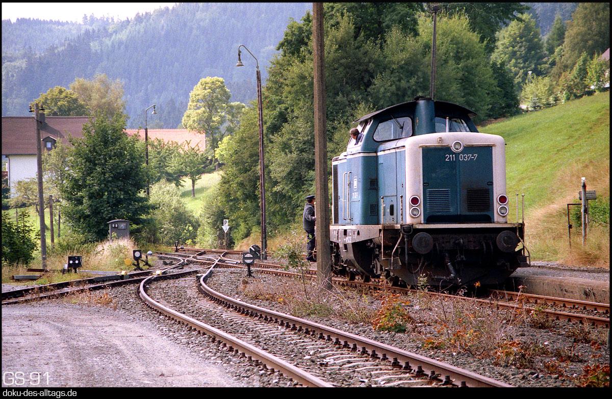 http://www.doku-des-alltags.de/StreckenundBahnhoefe/Franken/910700%20Bayreuth%20Warmensteinach/Film%203/18%20211%20037%20in%20Warmensteinach.jpg