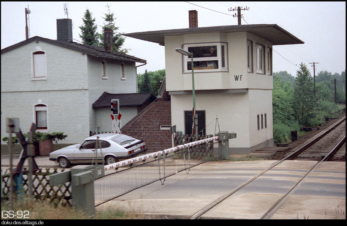 http://www.doku-des-alltags.de/StreckenundBahnhoefe/NRW/1992%20Neuss%20Dueren/Film%202/12%20Kapellen.jpg