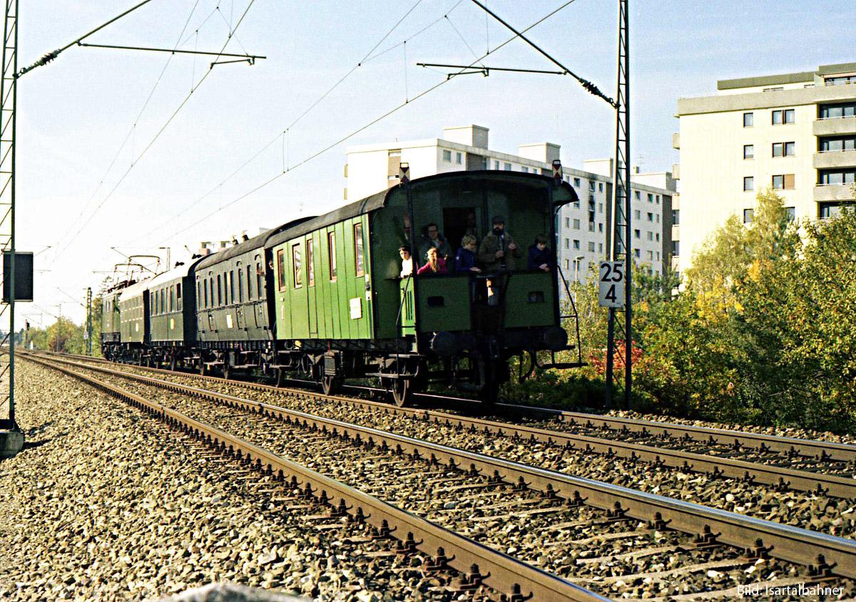 https://www.doku-des-alltags.de/BDMuenchen/Allgaeubahn/Muenchen-Buchloe/00%20special%20Mue-Geltendorf/4%20FFB%20u%20Buchenau/1981-10-24_12%20E441180_Sdz%20vBuchenau2.jpg